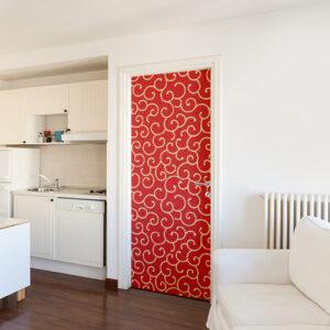 Porte d'entrée d'un studion décorée avec un sticker arabesque rouge