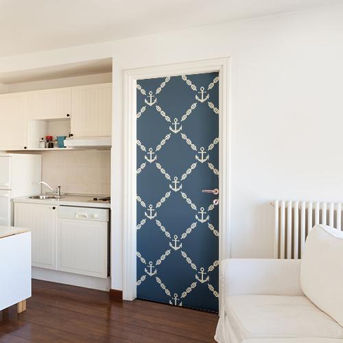 Porte d'entré d'un grand appartement orné d'un sticker autocollant frise d'ancres blanches sur fond bleu