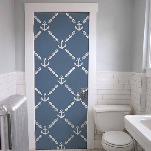 Sticker autocollant déco modèle frise ancres blanches sur fond bleu collé sur la porte des WC ou d'une salle de bain avec un couleur qui viendra égayer le blanc