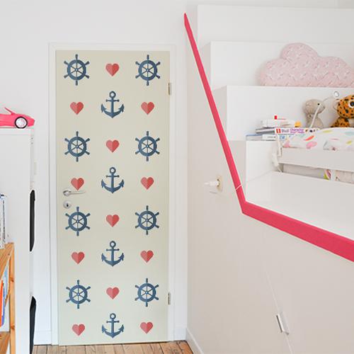 Chambre de jeunes enfants avec une porte décoré par une frise d'ancres coeurs