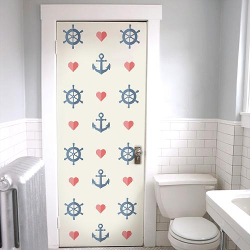 Salle de toilettes décorée avec un sticker autocollant frise d'ancres et de coeurs