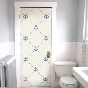 Salle de WC dont la porte est ornée d'un sticker autocollant frise d'ancres bleues
