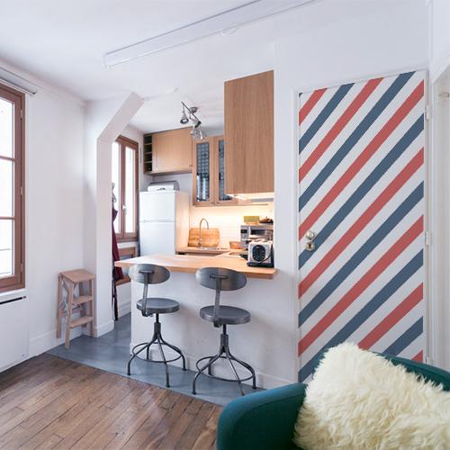 Petit appartement décoratif dont la porte est décorée par un sticker autocollant décoratif tri-colores