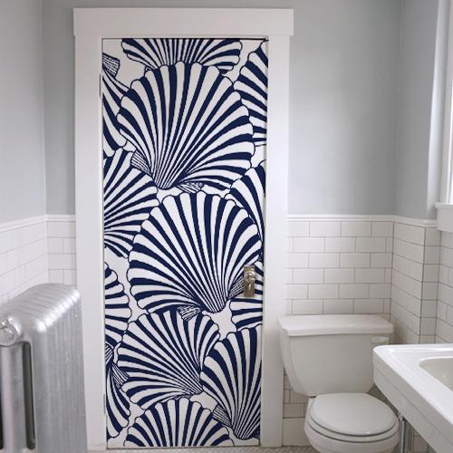 Salle de WC avec un autocollant géant coquilles St Jacques collé sur la porte