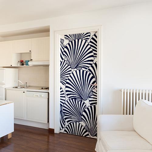 Studio de grande taille avec un sticker de grande taille également représentant des coquilles St Jacques collés sur la porte