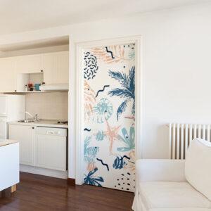 Grand appartement blanc moderne avec un sticker géant plantes marines multi-colores collé sur la porte d'entrée.