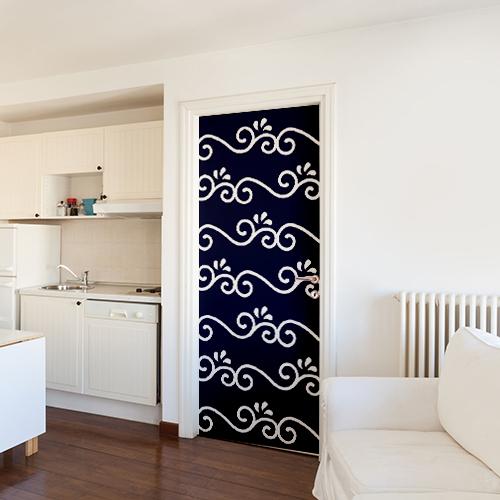 Sticker adhésif décoratif arabesques bleues collé sur la porte d'entrée d'un studio moderne