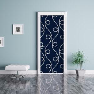 Sticker bleu cordes blanche collé sur la porte en accord avec le mur de couleur bleue