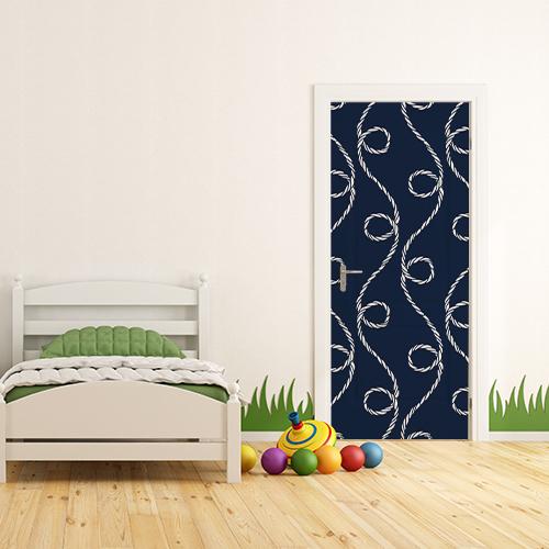 Chambre d'enfant dont la porte est ornée d'un sticker adhésif bleu orné de cordes