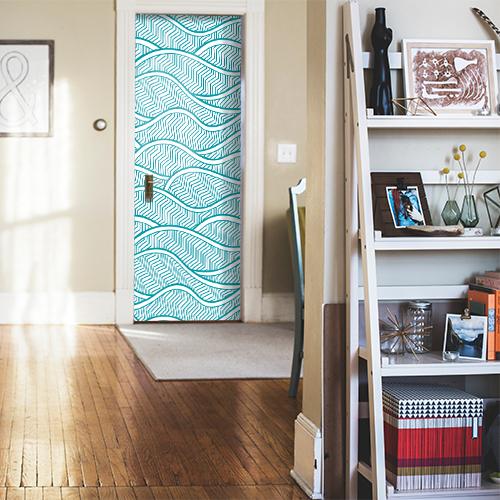 Sticker adhésif autocollant vagues écailles collé sur la porte d'entrée de la maison