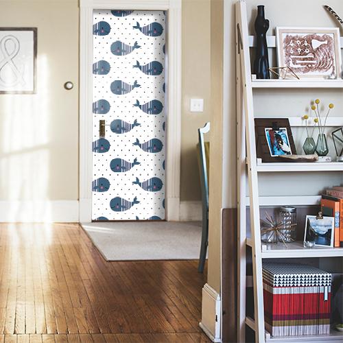 Porte d'entrée de la maison décorée avec un sticker autocollant décoratif baleine kawai collé dessus