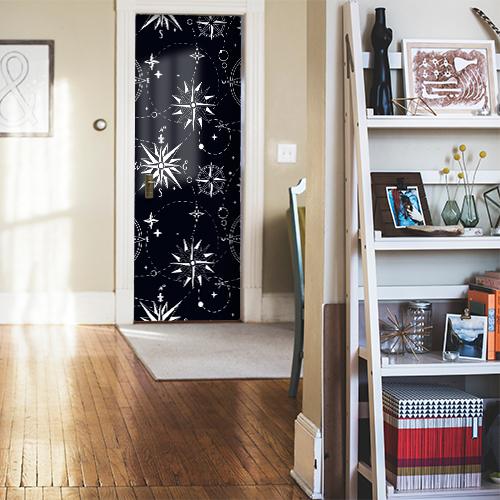 Maison élégante avec un sticker autocollant mosaïque de roses des vents blanches collé sur la porte d'entrée