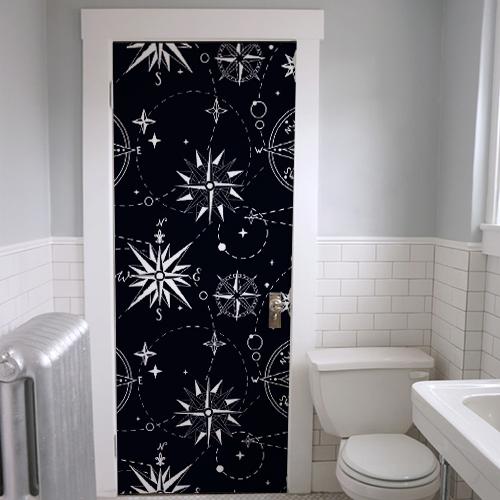 Sticker roses des vents blanches sur fond noir collé sur la porte d'entrée