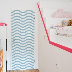 Sticker autocollant vagues bleues collés sur la porte de la chambre des enfants