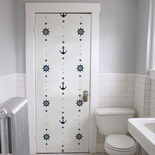 Sticker adhésif autocollant ancres bleues sur fond blanc collé sur la porte des WC