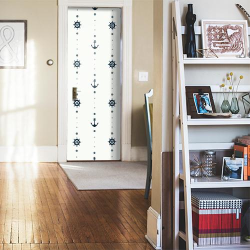 Frise autocollante ancres bleues sur fond blanc collée sur la porte d'entrée