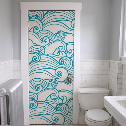 Porte des toilettes décorées avec un sticker autocollant vague bleue