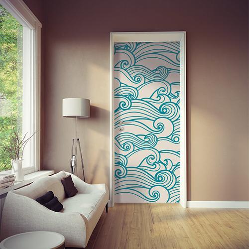 Salle de séjour dont la porte d'accès est décorée avec un sticker autocollant vague bleue