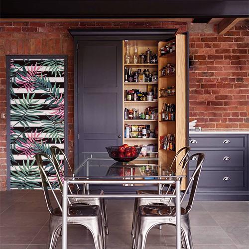 Maison en brique rouge élégante dont la porte d'entrée est recouverte d'un élégant sticker fougères roses et vertes