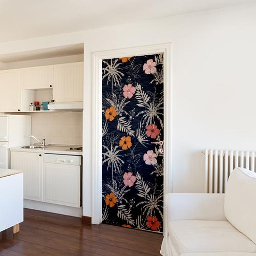 cuisine blanche avec sticker plantes tropicales collé sur la porte permettant d'apporter de la couleur à la pièce