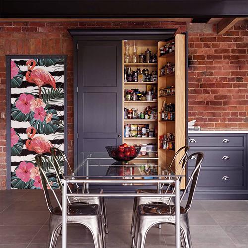cuisine avec sticker motif flamant rose rayé noir et blanc collé sur la porte