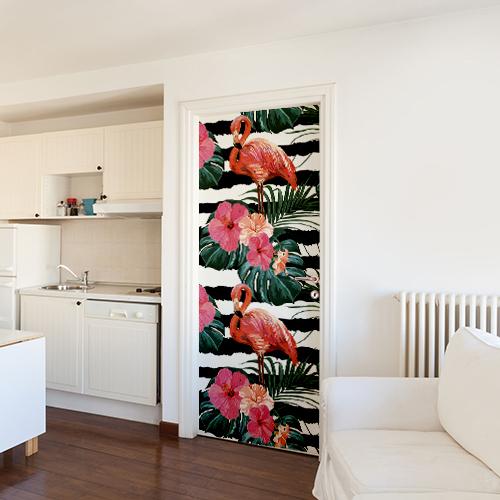 salle de séjour avec sticker motif flamant rose rayé noir et blanc collé sur la porte