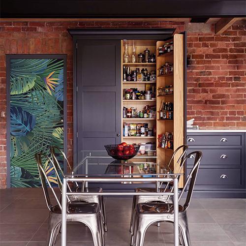 cuisine avec sticker motif végétaux de jungle sur fond noir collé sur la porte