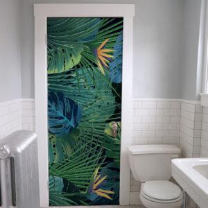 salle de bain avec sticker motif végétaux de jungle sur fond noir collé sur la porte
