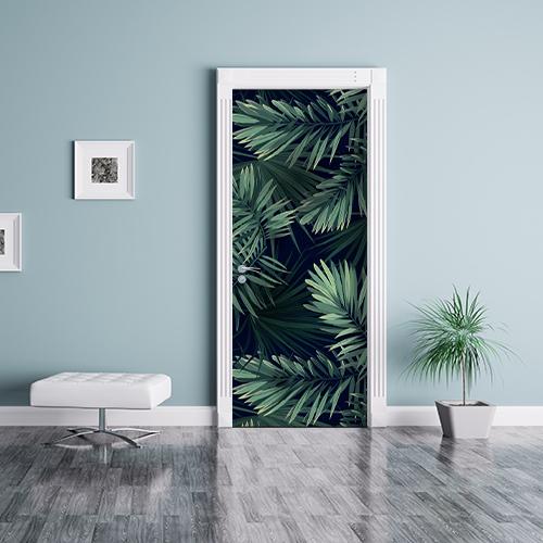 Séjour personnalisé avec sticker motif fougères vertes sur fond noir collé sur la porte