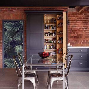 cuisine industrielle avec sticker déco adhésif motif fougères vertes sur fond noir collé sur la porte