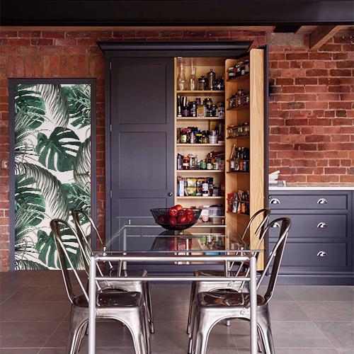cuisine avec sticker motif urban jungle collé sur la porte
