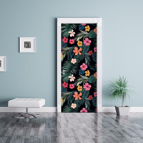 salle de séjour avec stiker pourporte et placards hibiscus multicolores collé sur la porte