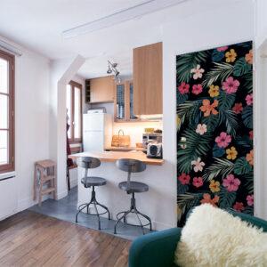 studio moderne avec un décor adhésif pour porte hisbiscus multicolore comme un papier peint