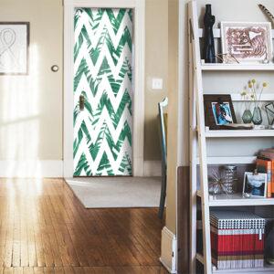 Porte d'entrée personnalisée avec un décor adhésif pour porte urban jungle à chevrons vert et blanc.
