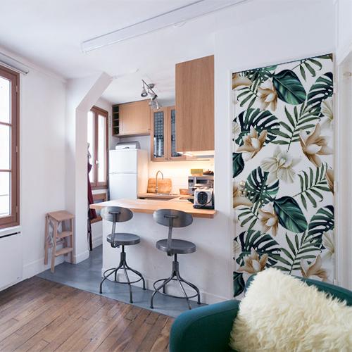 Studio moderne de style industriel avec porte personnalisée par une adhésif déco de porte jungle au motif monstera et lotus avec un léger filtre vintage.
