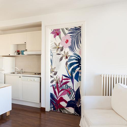 Studio moderne avec un sticker adhésif pour porte représentant un décor jungle en vert rose et bleu.