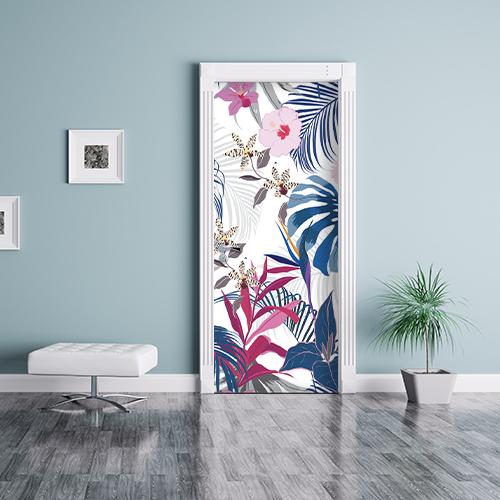 Séjour aux murs clair avec porte personnalisée par un adhésif déco de porte autocollant représentant un motif jungle.