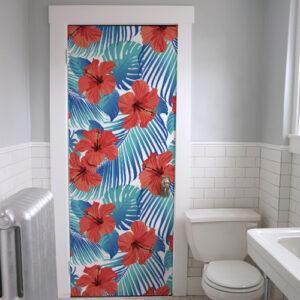 Porte de salle de bain personnalisée avec sticker déco de portes et placards fleurs rouges.