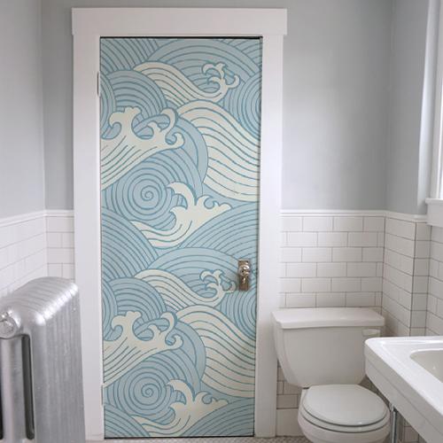 Déco de salle de bain en bleu ciel et blanc avec adhésif de porte et placard au motif vagues japonais