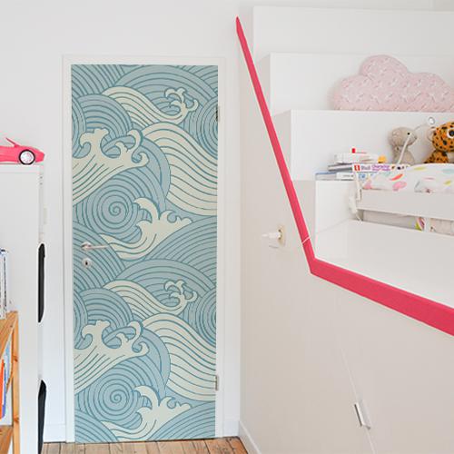 Chambre d'enfant dont la porte est personnalisée avec une adhésif déco vagues bleues comme du papier peint adhésif. Motifs japonais