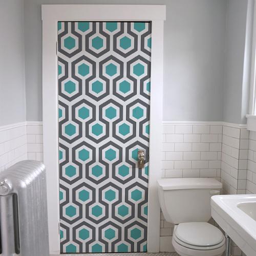 Porte de salle de bain personnalisée avec un stickerdéco pour porte bleu et gris comme des hexagones de nid d'abeille.
