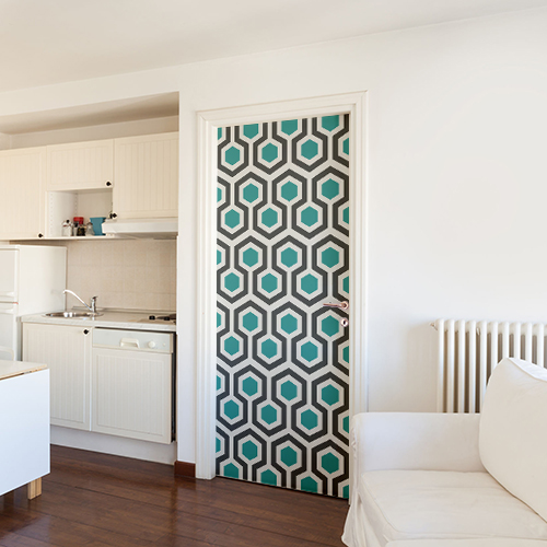 studio moderne porte décorée d'un adhésif hexagones art déco représentant des hexagones bleu canard et gris.
