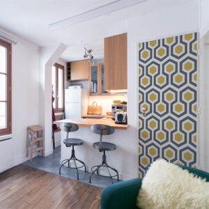 studio moderne avec sitcker ruche jaune collé sur la porte
