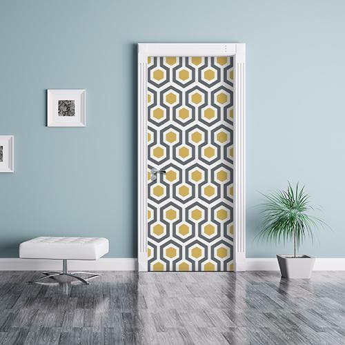 salle de séjour avec sitcker ruche jaune collé sur la porte