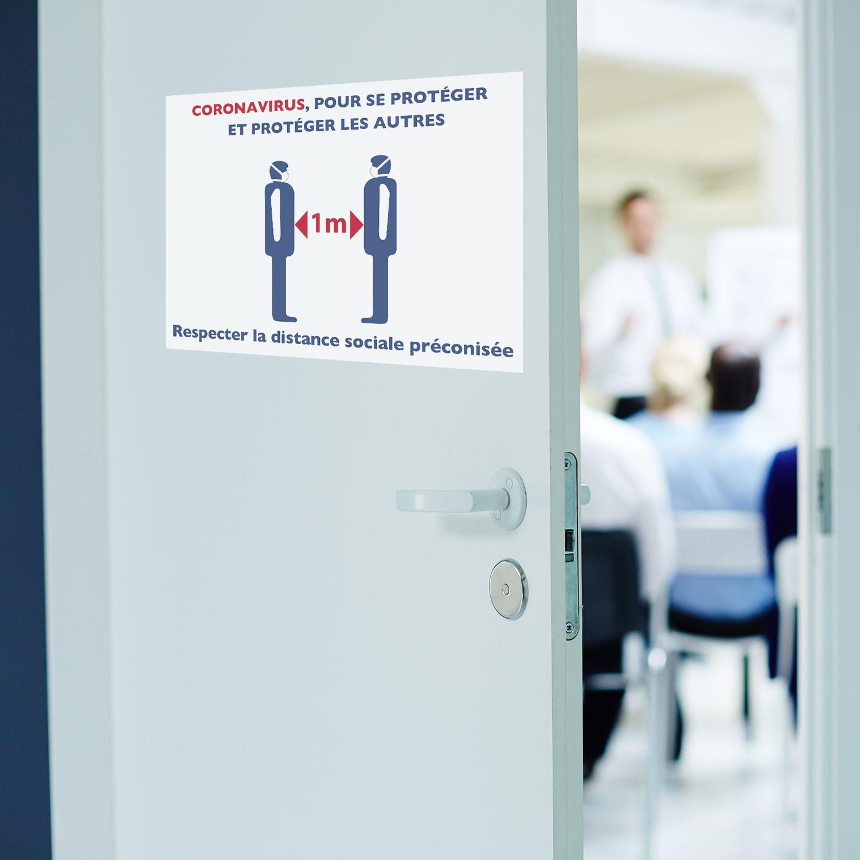 porte de réunion avec une affiche adhésive sur la distance sociale