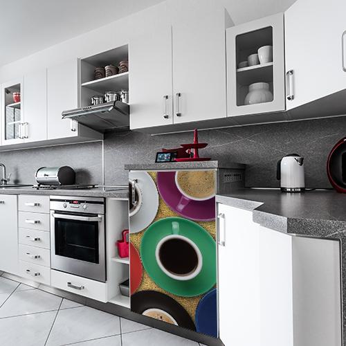 Sticker adhésif décoratif modèle tasse de café collé sur un petit frigo moderne
