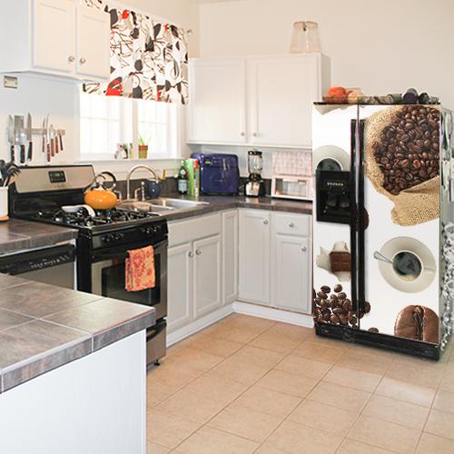 Cuisine moderne avec un grand frigo américain orné d'un sticker autocollant modèle Café
