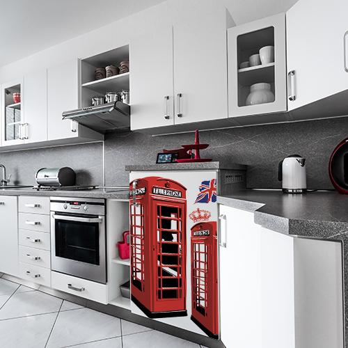 Petit frigo de cuisine moderne orné d'un sticker original modèle Cabine Londres