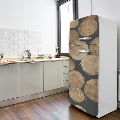 Grand frigo classique blanc orné d'un sticker autocollant déco buches de bois