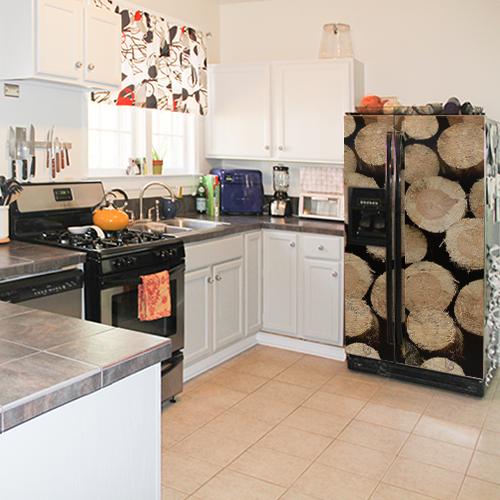 Cuisine avec un frigo américain classique orné d'un sticker autocollant décoratif buches de bois